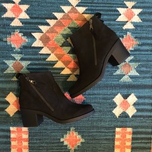✨nwot!✨ crown vintage black suede ankle boots